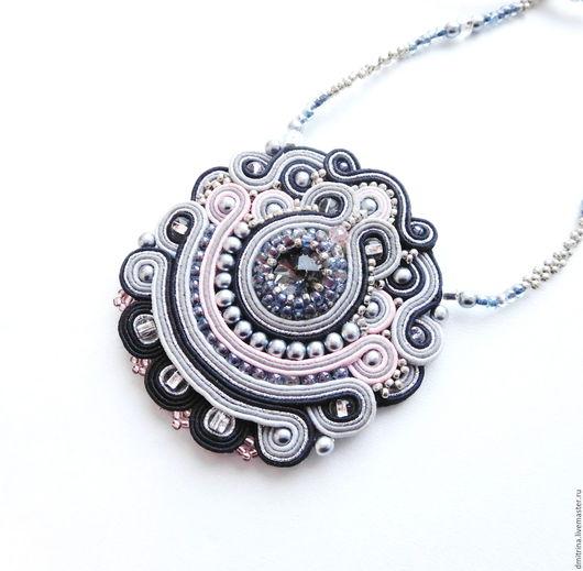 сутажный кулон, сутажное украшение, кулон со стразами, кулон с бисером, серо-розовый кулон, светло-серый, кулон звезда востока