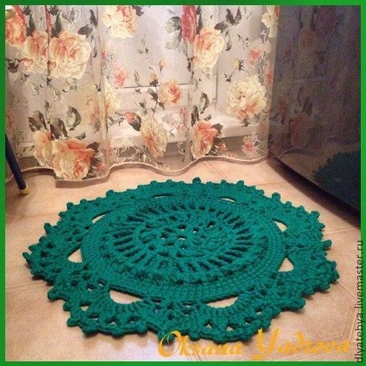 Коврик рельефный из трикотажной 100% х/б пряжи зеленого цвета связан крючком. Диаметр коврика 72 см.