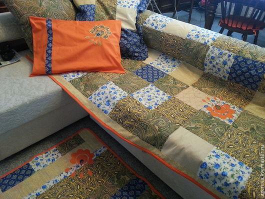 Комплект больше подойдет для спальни, но и на диванчике смотрится неплохо. Покрывало дополнительно украшено лоскутной аппликацией в виде стилизованного цветка.