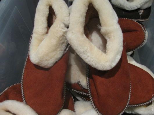 Обувь ручной работы. Ярмарка Мастеров - ручная работа. Купить Мужские меховые чуни из овчины. Handmade. Коричневый, домашние тапочки