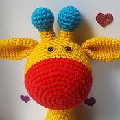 Мягкие игрушки ручной работы. Ярмарка Мастеров - ручная работа Вязаный жираф Алое сердце. Handmade.