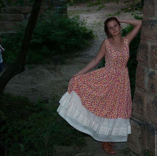 Платьице из штапеля с цветочным рисунком. Нижняя юбочка из тонкой марлевки, в два яруса.