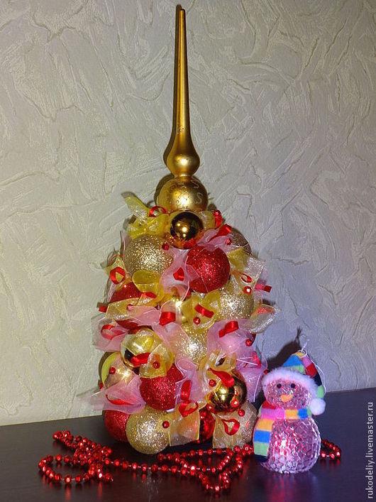Яркая новогодняя елочка, выполненная из новогодних шаров, украшенная бусинами, органзой, лентой атласной