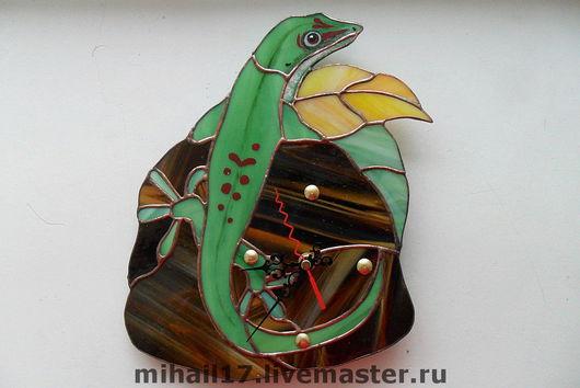 """Часы для дома ручной работы. Ярмарка Мастеров - ручная работа. Купить часы витражные в технике Тиффани """"Ящерица"""". Handmade."""