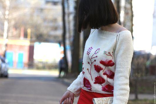Вязаный авторский белый свитер с цветами ручной работы `Маки` от Sviteroff