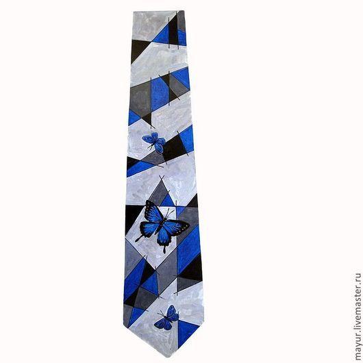 Галстук `Танцующие бабочки` с серыми, черными и синими геометрическими узорами и синими бабочками