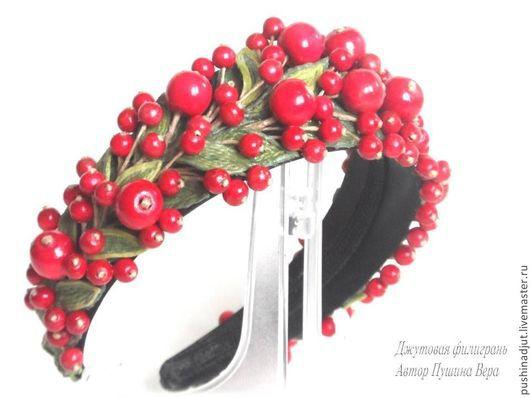 Венец с красными бусинами и листиками из джута.