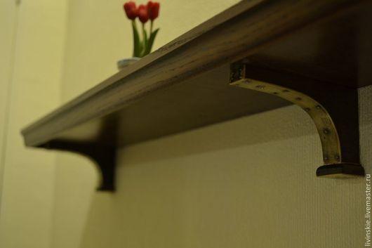 Стилизованная полочка для картины. Массив ореха. Кронштейны украшены накладками из латуни, закреплены старинными гвоздиками. Небольшой бортик (3 мм.) не даст вещам упасть.