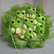 Съедобные букеты ручной работы. Ярмарка Мастеров - ручная работа Букет из игрушек  Весёлые лягушата. Handmade.