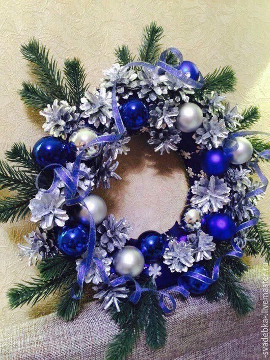 Венок Рождественский в серебристо-синих тонах 2500 рублей