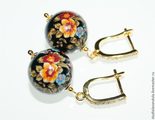 Позолоченные серьги с цветочным мотивом `Лилии в Твоём имени` с использованием крупных японских бусин Tensha ручной работы 16 мм. и 16-каратной позолоченной фурнитуры, инкрустированной фианитами.