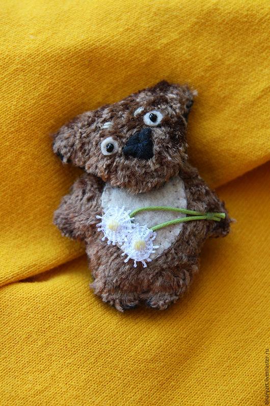 Миниатюрная брошка - игрушка Медвежонок с одуванчиками.
