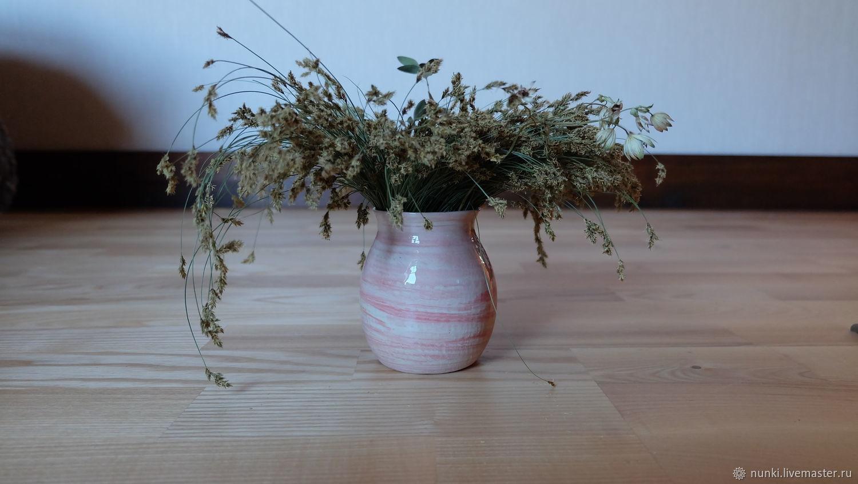 Керамическая ваза бело-розового цвета