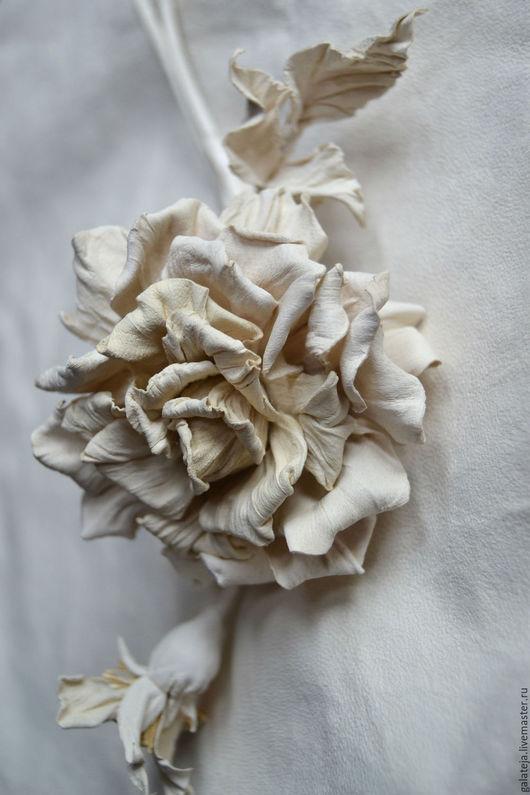 Броши ручной работы. Ярмарка Мастеров - ручная работа. Купить Скульптурные цветы из кожи Брошь Montblanc. Handmade. Белый, брошь
