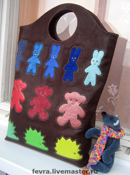 К грядущей медвежьей выставке, смотр новых тематических сумок проводит медведик Ирины Лобиной.