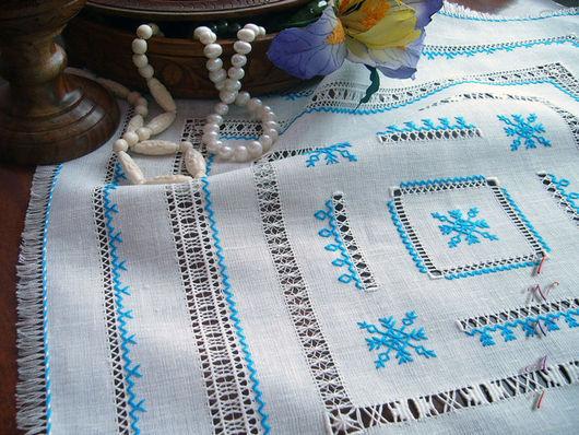 салфетка из белого льна с вышивкой, ручная строчевая вышивка, бирюзовые мулине, мережки,  белые мулине, красивая салфетка с бахромой,тонкий лён, украшение интерьера, украшение для стола, бахрома