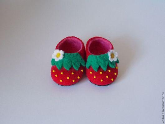 """Детская обувь ручной работы. Ярмарка Мастеров - ручная работа. Купить Тапочки детские """"Клубничка"""". Handmade. Ярко-красный, тапочки"""