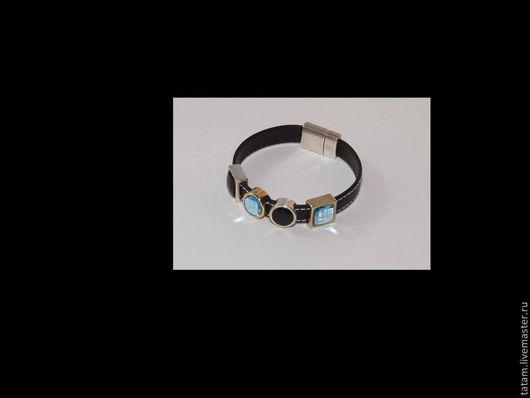Универсальное сочетание голубых на золотом и черных на серебряном фоне позволяет носить такой браслет с любой одеждой и другими украшениями.