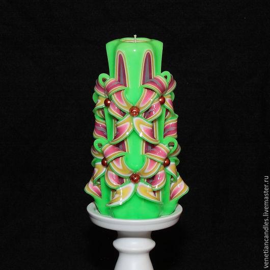 Резная свеча ручной работы, высотой 18 см, выполненная в зеленом, желтом, розовом и белом цветах. Автор: Игорь Горбачёв `Венецианские свечи`