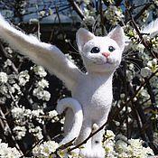 Куклы и игрушки ручной работы. Ярмарка Мастеров - ручная работа Крылатый белый кот. Интерьерная игрушка из шерсти. Handmade.