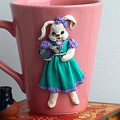 Посуда ручной работы. Ярмарка Мастеров - ручная работа Кружка с декором. Декор кружки фигурка заяц(зайка,зайчонок с мышкой). Handmade.