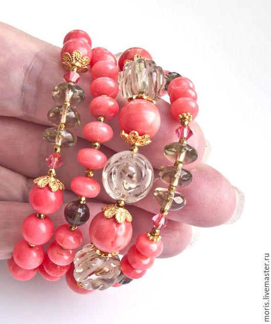 Серебряный браслет с лососёвыми кораллами. Многорядный браслет из серебра и натуральных кораллов лососёвого цвета с натуральными раухтопазами в позолоте.