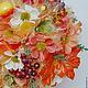 В работе использованы органза флористическая 4-х цветов, космея, листья клена, различные фрукты, зелень, гроздья ягод. В качестве кашпо металлическое ведерко кораллового цвета.