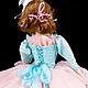 Кукла имеет музыкальный механизм, заводится золотым ключиком  и звучит багатель Людвига ван Бетховена `К Элизе`.