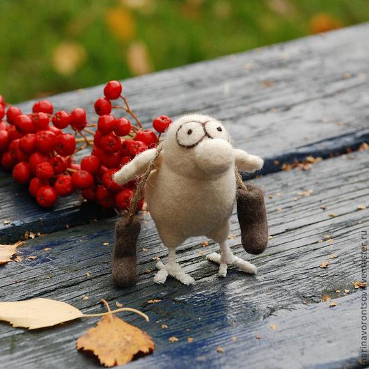 Весёлая носатая белая Птичка с валенками. Осень... И Маленькая, но гордая птичка запаслась валенками к  зиме.  Будет тепло бегать-прыгать за хлебными крошками)))
