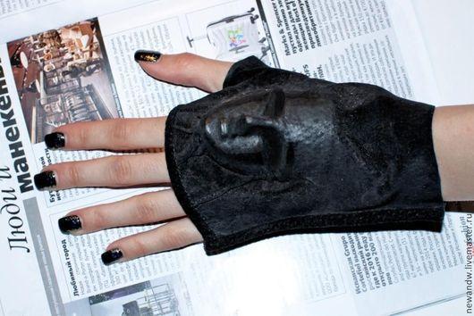 """Варежки, митенки, перчатки ручной работы. Ярмарка Мастеров - ручная работа. Купить 3D Митенки """"Маска"""" из натуральной замши чёрного цвета. Handmade."""