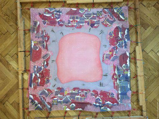 Платок с городским мотивом, в нежных розово- сиреневых тонах и падающим снежком по всему полю платка.