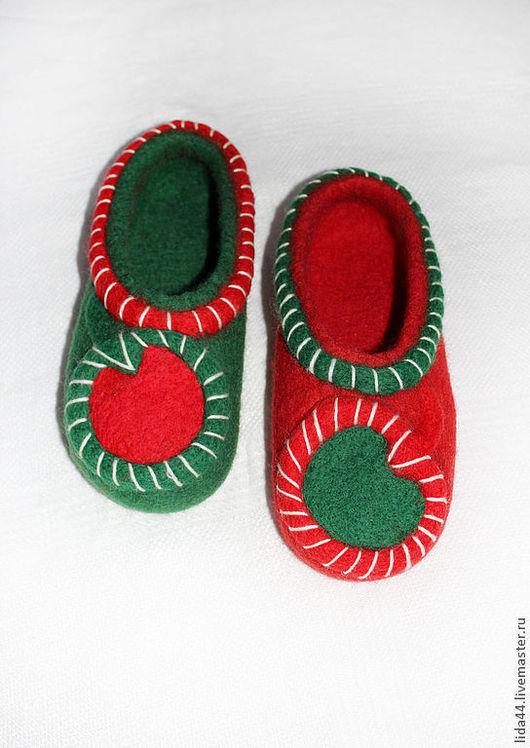 """Обувь ручной работы. Ярмарка Мастеров - ручная работа. Купить Домашние тапочки """"Рождественские"""".. Handmade. Тёмно-зелёный, валяные тапочки"""