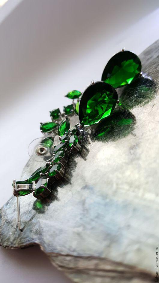 Серьги длинные, серьги с зеленым камнем,серьги с камнями,серьги подвески,вечерние серьги,классические серьги,серьги зеленые,серьги длинные с камнями,серьга висячие,серьги изумрудные,серьги с подвескам