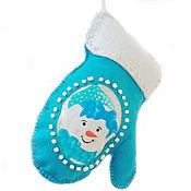 Ёлочная игрушка из фетра — рукавичка