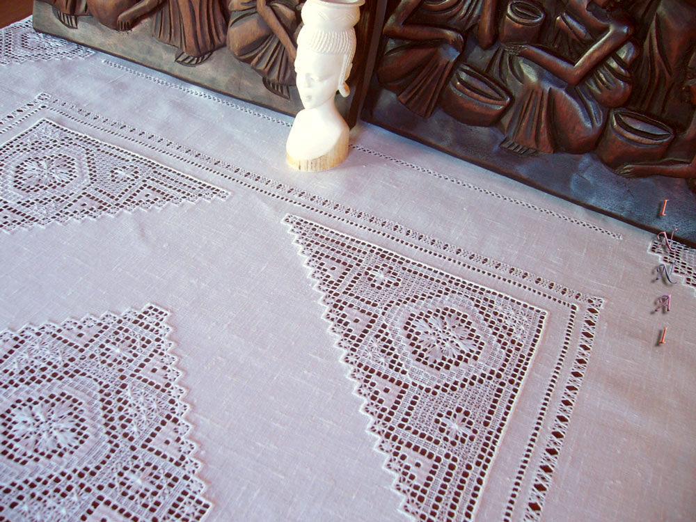 Скатерти с белой вышивкой