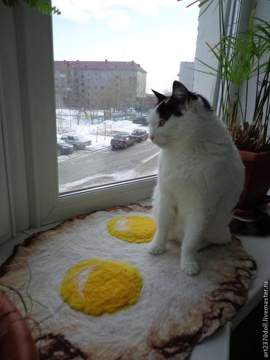 """Аксессуары для кошек, ручной работы. Ярмарка Мастеров - ручная работа. Купить Коврик для кисы """"Яичница"""". Handmade. Белый, для дома и интерьера"""