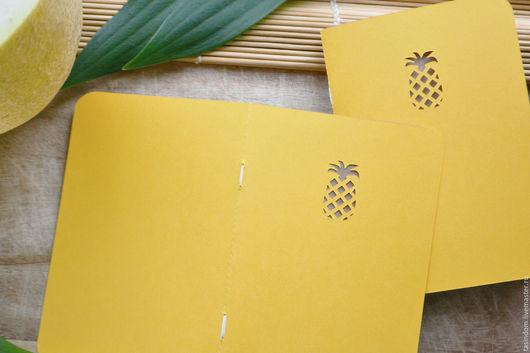 Небольшой, но очень веселый блокнотик ручной работы, с листами из крафт-бумаги))