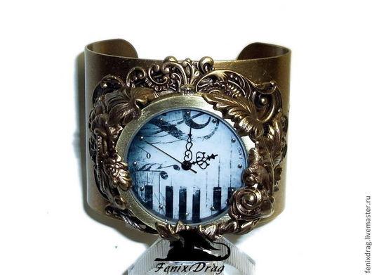 Широкий браслет `Звуки старого рояля` с часами с изображением пианино в стиле Винтаж (Винтажный, Викторианский, Старинный, под старину, Стимпанк/ Steampunk) винтажная латунь, кварцевые часы ручная