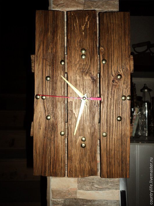 Часы  из натурального дерева Часы вида строгого, но красивого Часы из красиво обработанной древесины Часы, которые придают стиль помещению Часы с латунной отделкой Часы авторские, очень красивые