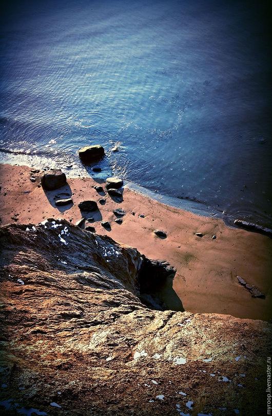 Берег моря изогнут как спираль времени. Сила воды против стойкости камня.  Фотокартина станет прекрасным дополнением интерьера гостиной или придаст природный колорит офисному кабинету.
