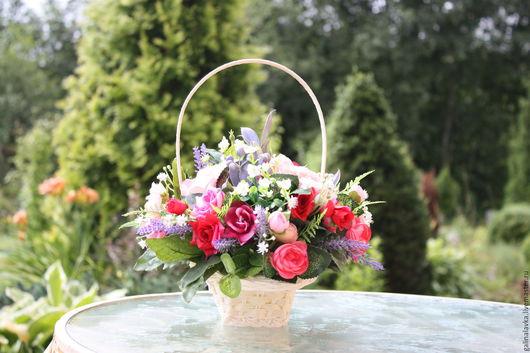 Композиция искусственных цветов в плетеной  корзиночке