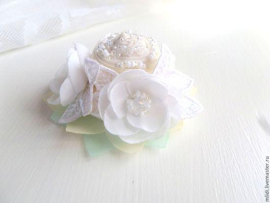 украшение в волосы, белоснежные розы, девочка, праздник, айвори, нежное украшение, нежный акссесуар, зима, зимние оттенки, белые цвета, пастельный цвет, пастель, заколка роза, заколка розочи, оригинальное украшение в волосы, кружевное украшение, украшение с кружевами, подарок, праздник, аксессуар для волос, маленький букет, букет из роз заколка, резинка для волос, гребень,