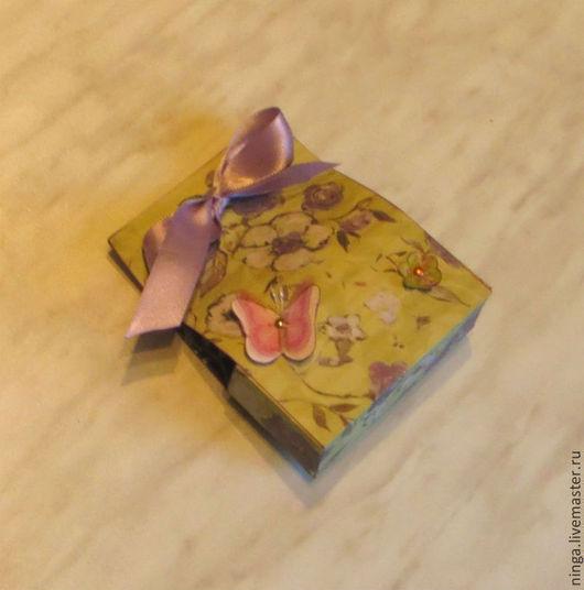 Коробочка с лентой на 1-2 кусочка мыла. Цена - 50 руб.