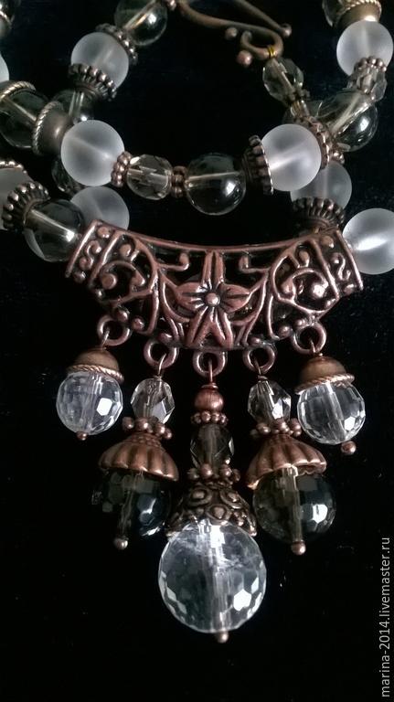Сверкающий комплект украшений из разных видов хрусталя и чешских гранёных бусин под раухтопаз с фурнитурой под античную медь: ожерелье, браслет и длинные серьги.