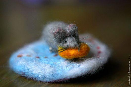 """Броши ручной работы. Ярмарка Мастеров - ручная работа. Купить Мышильда """"К деньгам"""" :) войлочная. Handmade. Серый, мышка"""