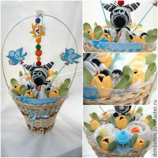 Подарки для новорожденных, ручной работы. Ярмарка Мастеров - ручная работа. Купить Букет из детской одежды и конфетных цветов в корзине. Handmade.