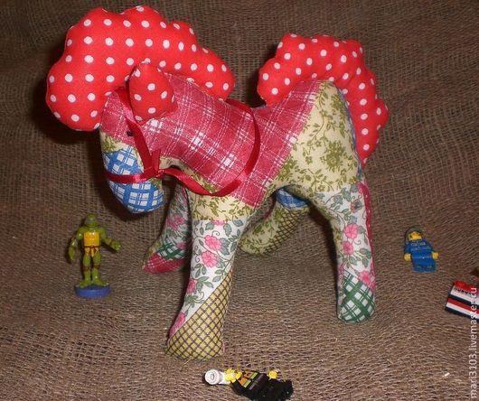 """конь """"Лоскутик"""", как будто собран из кусочков, ткань имитирует печворк."""