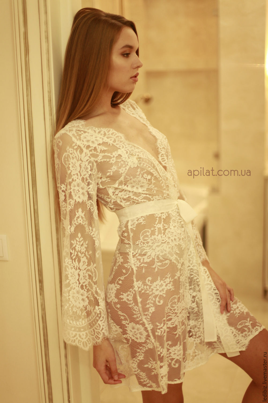 Блондинка снимает белый прозрачный халат в ванной