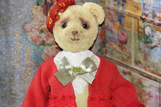 Те дди мишка Линда 28 см,сшита из старого е,тонирована маслом.набита опилочками,все подвижно ,благодаря дискам и шплинтам,все сшито вручную,носит вязаную сумочку с собачкой,послужит ярким и оригинальн