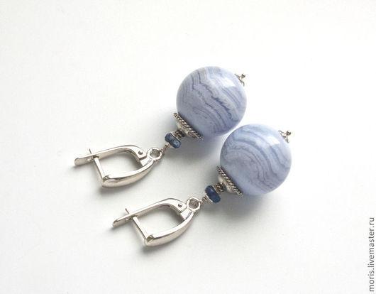 Серьги с крупными шариками из натурального, природного голубого агата (сапфирина) и  природного голубого сапфира, на серебряных английских замочках.